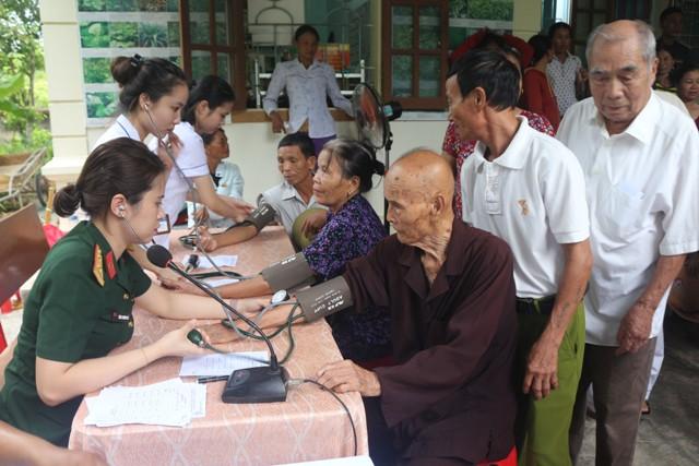 Quân khu 4: Khám, cấp phát thuốc miễn phí cho gần 300 lượt người